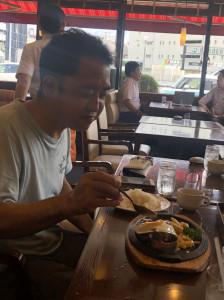 ハンバーグを食べる院長